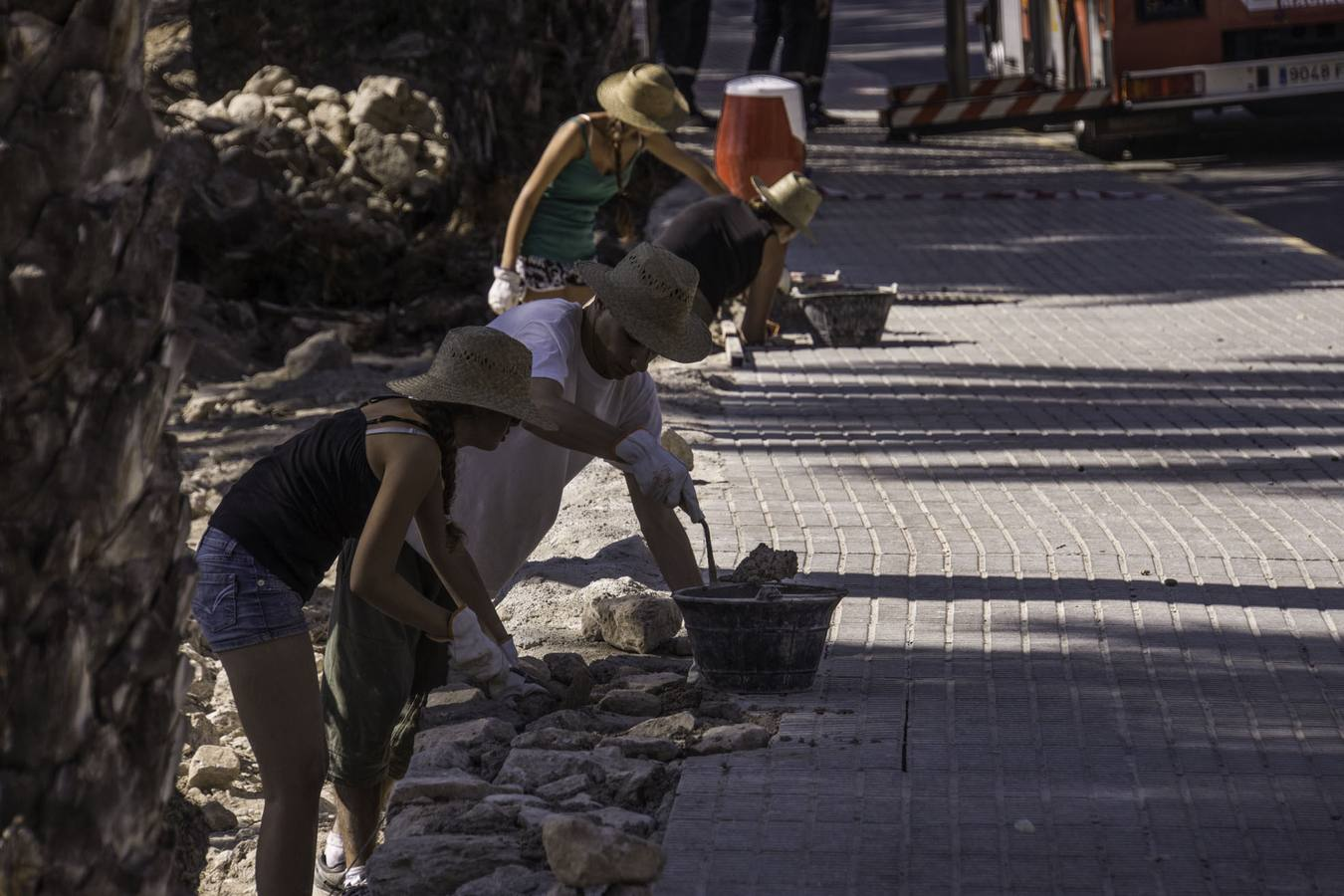 Voluntarios internacionales recuperan el muro que separaba El Palmeral y San Antón