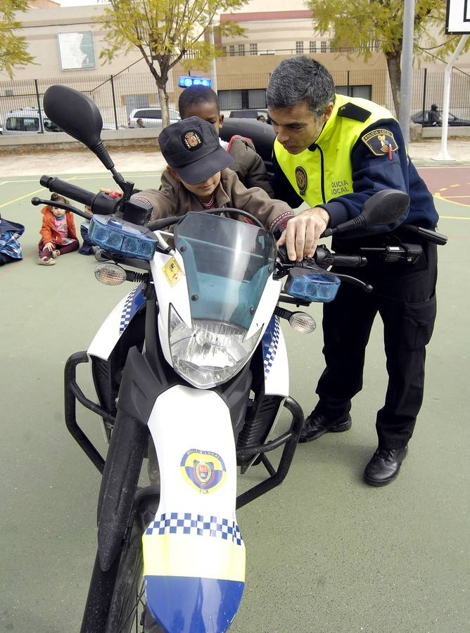 La Policía Local de Elche arranca una campaña en los colegios para que los alumnos se familiaricen con los agentes.