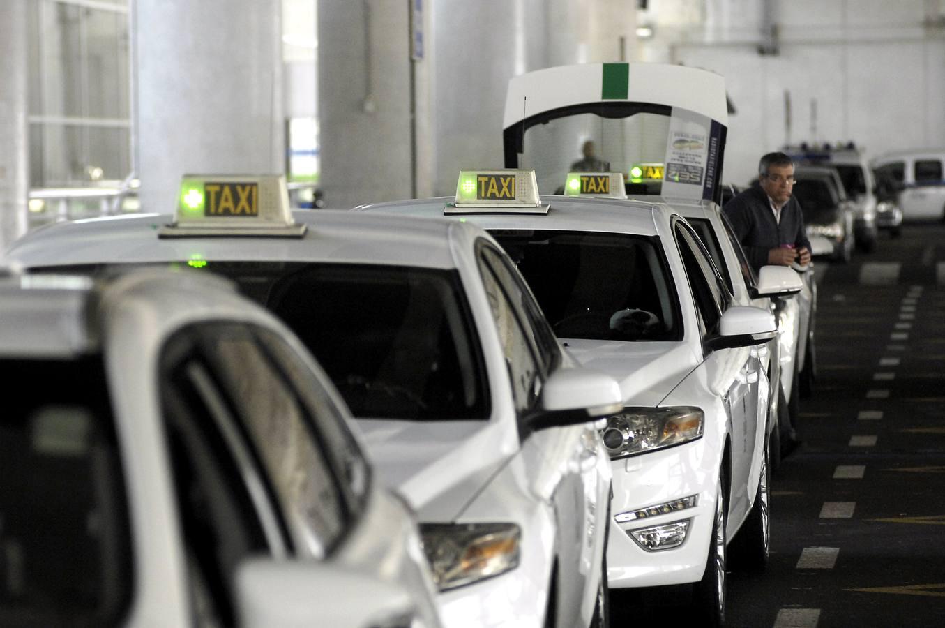 Fin de la huelga de taxis de Elche en el aeropuerto de El Altet