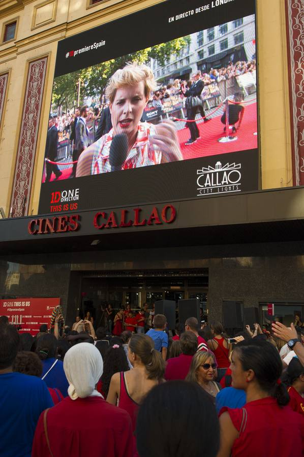 Los fans de One Direction colapsan la plaza de Callao en Madrid